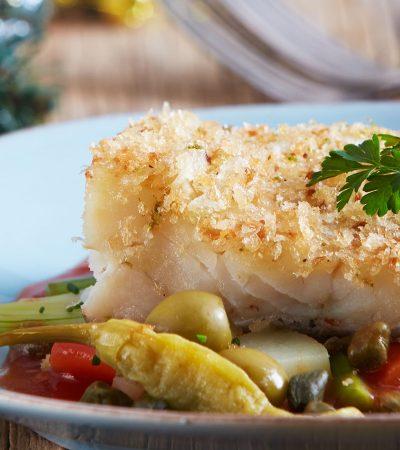 Bacalao al horno con vegetales y salsa de tomate