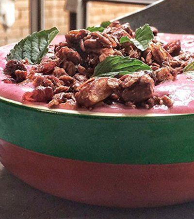 bowl de smoothie de frutas rojas con granola sabor chocolate