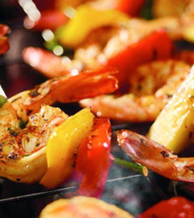 Brochetas de camarón, piña y pimientos