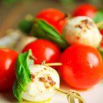 Brochetas de tomates cherry y queso panela