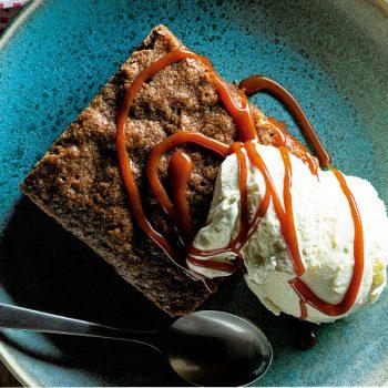Brownies de chocolate de mesa y caramelo