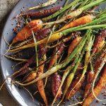Charola de zanahorias rostizadas
