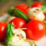 Colación de tomate cherry con queso manchego