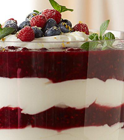 Copa navideña de frutas rojas con yogurt y miel