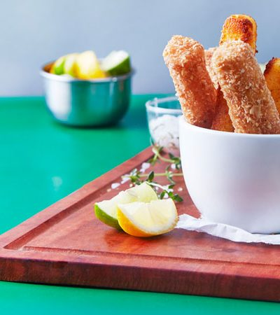 Deditos de pescado y chips con maíz con queso