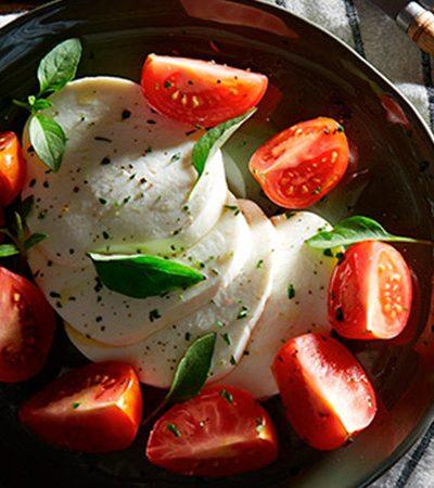 Ensalada caprese con tomates mixtos