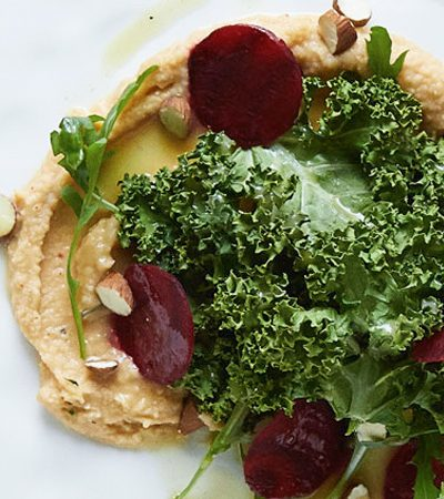ensalada de betabel con chips de kale y hummus