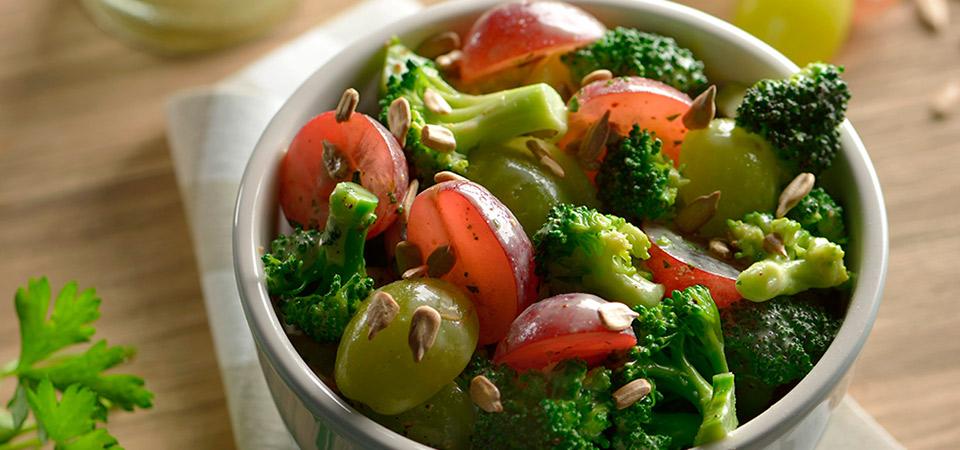 Ensalada de br coli con uvas y aderezo de mostaza chef for Utensilios del chef