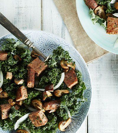Ensalada de kale, hongos y carne de res