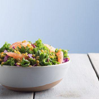 Ensalada de kale, toronja, lentejas y col