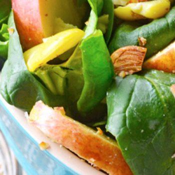 Ensalada de manzana, pera y espinacas con aderezo de yogurt