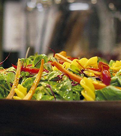 Ensalada de pasta y vegetales con vinagreta de limón amarillo