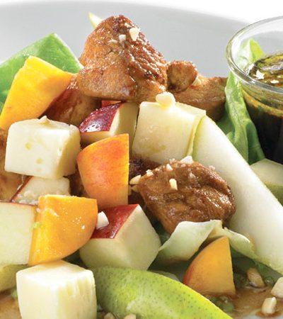 Ensalada de pera con pollo y vinagreta de cacahuate