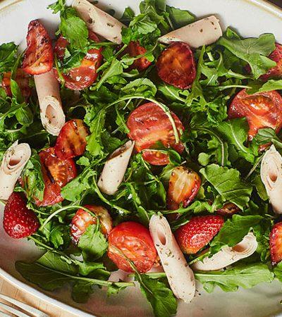 ensalada de tomates y fresas a la parrilla con arugula y pechuga de pavo