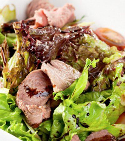 Ensalada tibia con pato y vinagreta de durazno