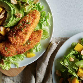 Ensalada tropical con tenders de pollo