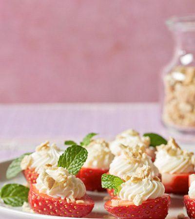 Fresas rellenas con pastel de queso y café