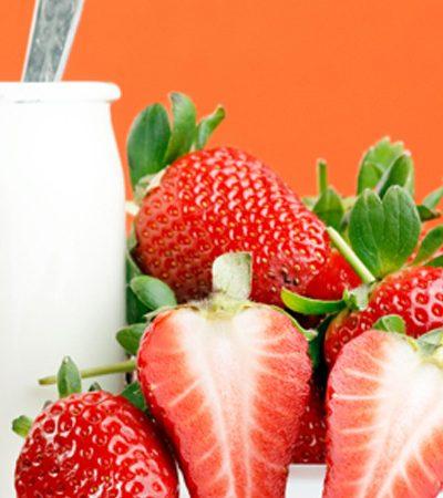 Gelatina de yogurt con durazno y salsa de fresa