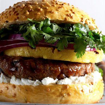 hamburguesa de res con piña al tequila y cilantro