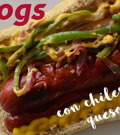 hotdogs con chiles toreados y queso fundido