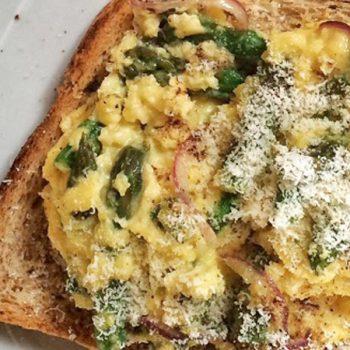 huevos revueltos con esparragos y queso parmesano