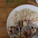 kebabs brochetas con salsa de yogurt y jalapeño