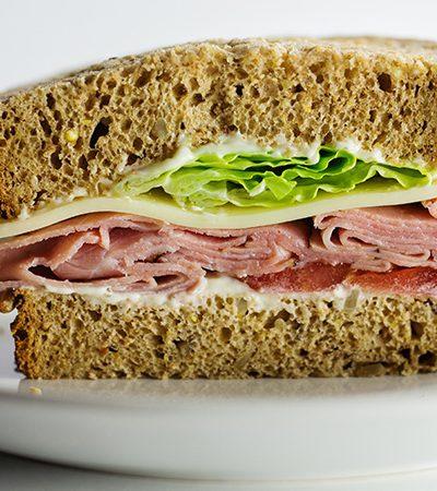 medio sandwich de aguacate y jamon de pavo