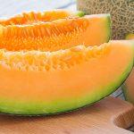 melon con hojas de albahaca