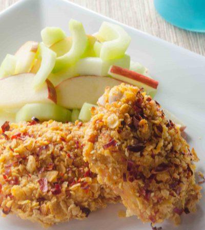 Muslos de pollo crujientes a la mostaza con ensalada de pepino