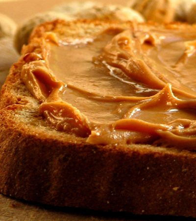 pan con mantequilla de cacahuate y platano