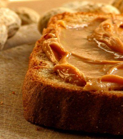 pan tostado con mantequilla de cacahuate y manzana