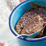 pastel de platano y chocolate en taza