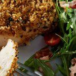 Pechuga de pollo con costra criolla y ensalada de berros