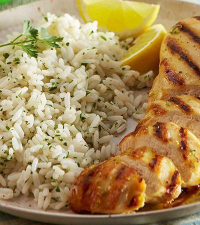 Pechugas marinadas a la parrilla con arroz, cilantro y limón