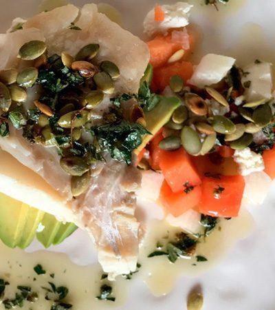 pescado con ensalada de papaya y aguacate con vinagreta de oregano
