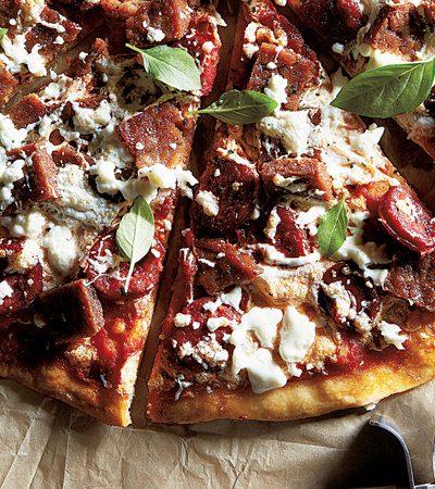pizza de res con chorizo queso y albahaca