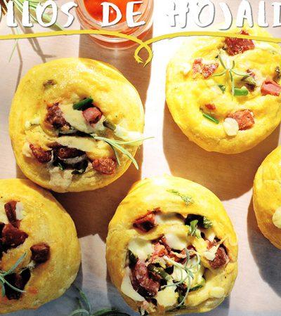 Rollos de hojaldre con queso oaxaca, chorizo y cilantro