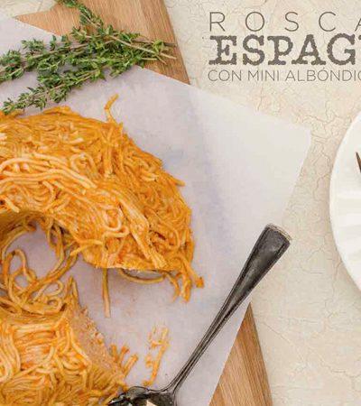Rosca de espagueti con mini albóndigas de pollo