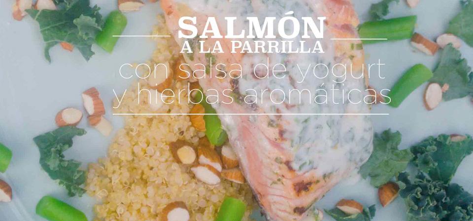 Salmón a la parrilla con salsa de yogurt y hierbas aromáticas