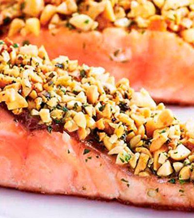 Salmón con costra de cacahuate y perejil