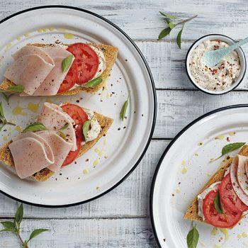 Sándwich abierto de tomate con albahaca