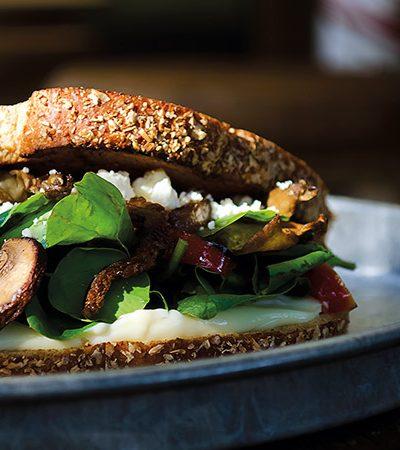 Sándwich de ensalada de hongos y quelites