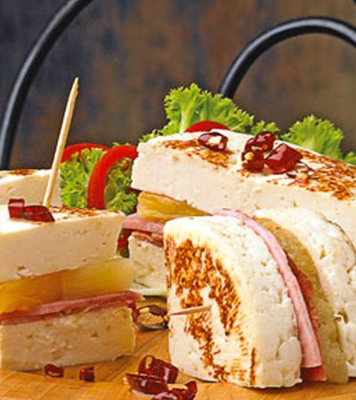 Sándwich de queso panela, jamón y piña