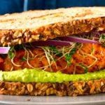 Sandwich de salmón con aderezo de aguacate