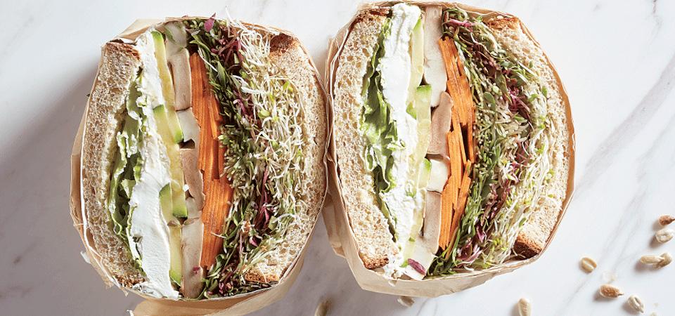 Sándwich de vegetales con germinados y aderezo de semillas de girasol