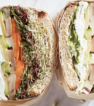 sandwich de vegetales con germinados y aderezo de semillas de girasol