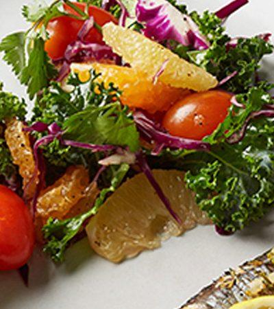 Sardinas empapeladas con ensalada de col rizada