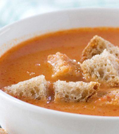 Sopa de tomate y pan
