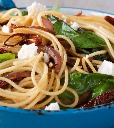 Spaghetti con cebollas caramelizadas y albahaca