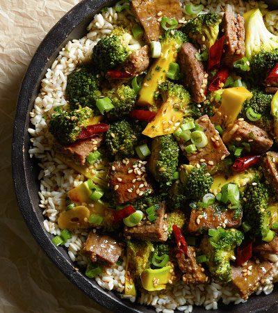 Stir fry de res y brócoli con arroz